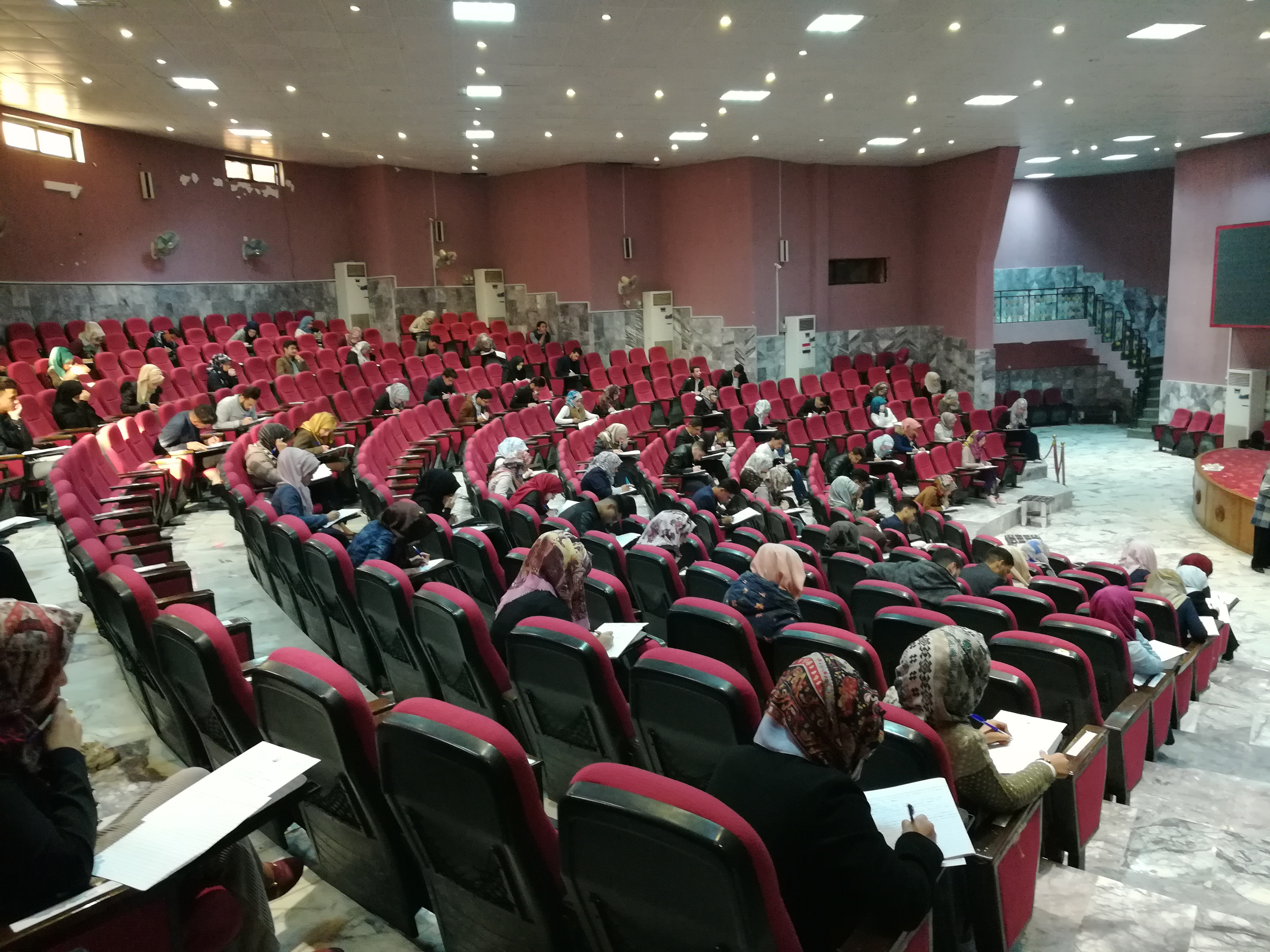 زيارة عميدة كلية الطب للقاعة الامتحانية و اللجنة الامتحانية